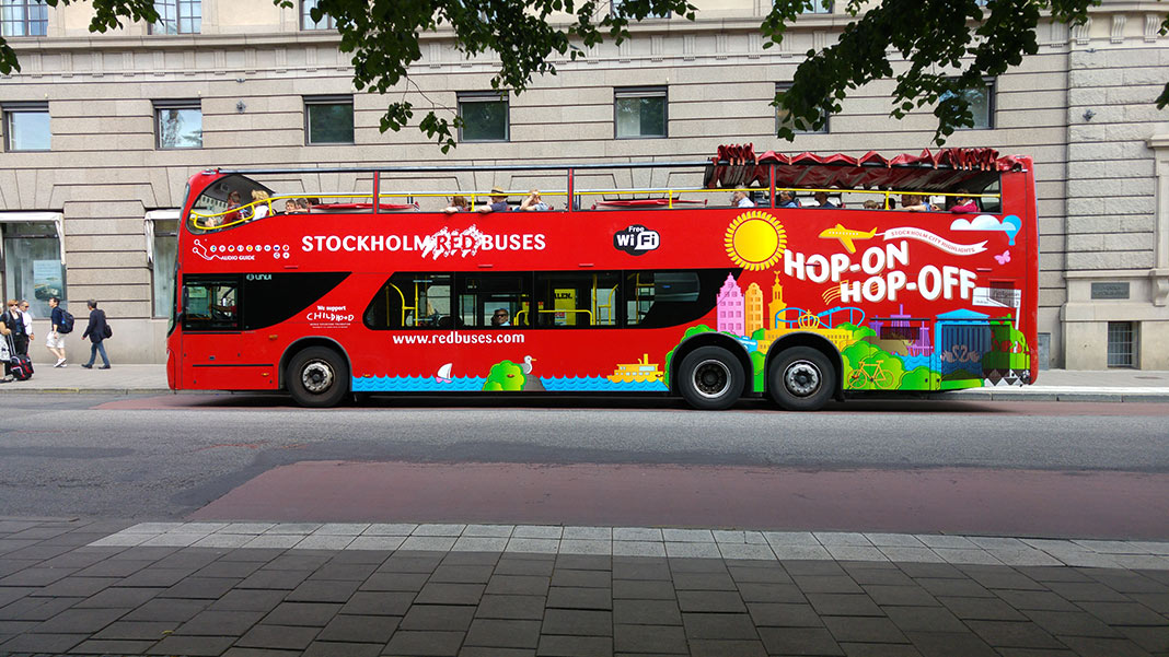 Stockholm Red Buses går runt i Stockholm på sommaren